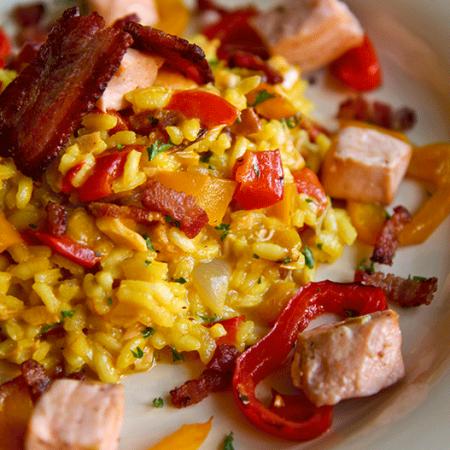 RISOTTO AL SALMONE con peperoni, pancetta e zafferano