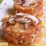 tartare di salmone con funghi freschi, sedano e semi di papavero