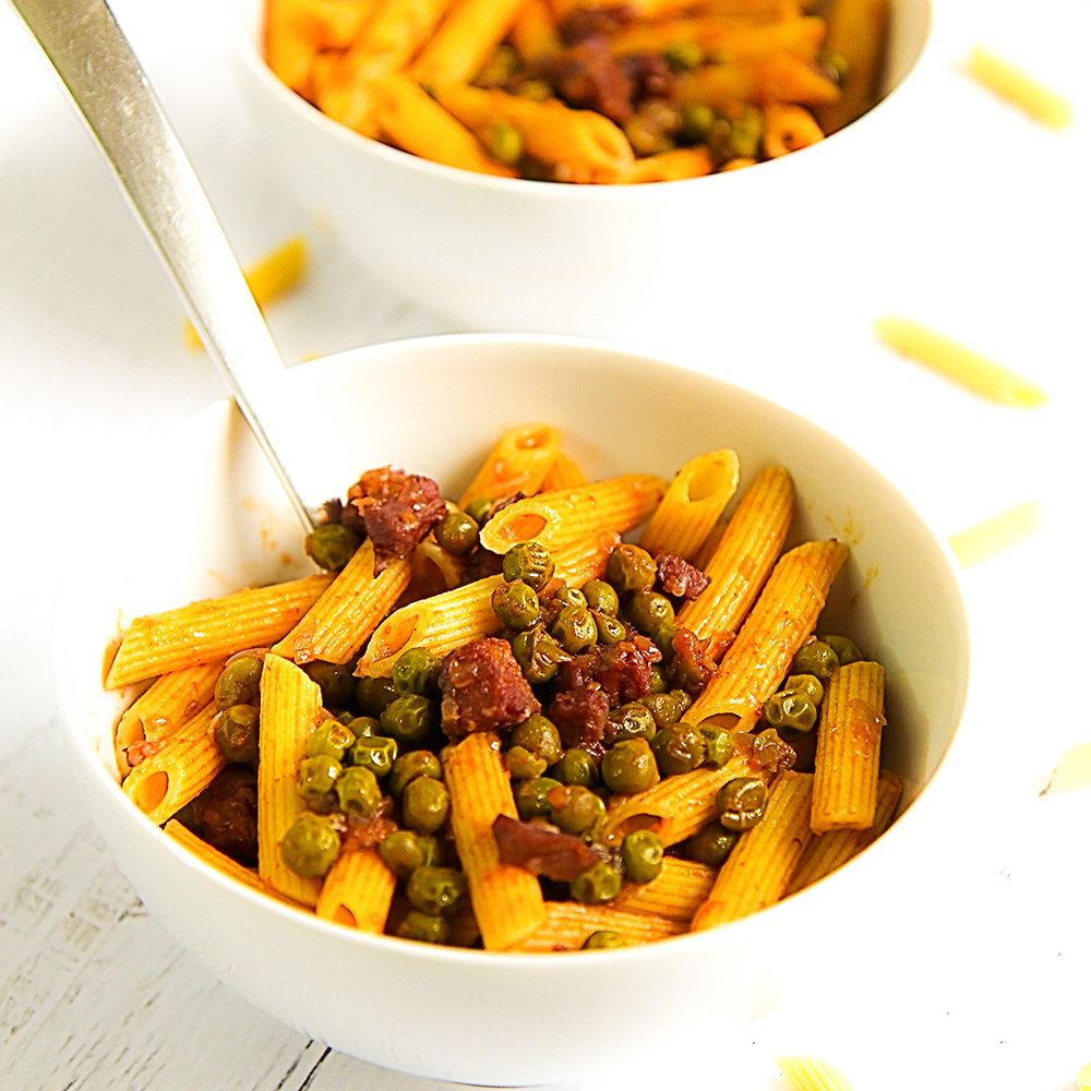 Pasta with ham and green pea sauce - penne  prosciutto e piselli