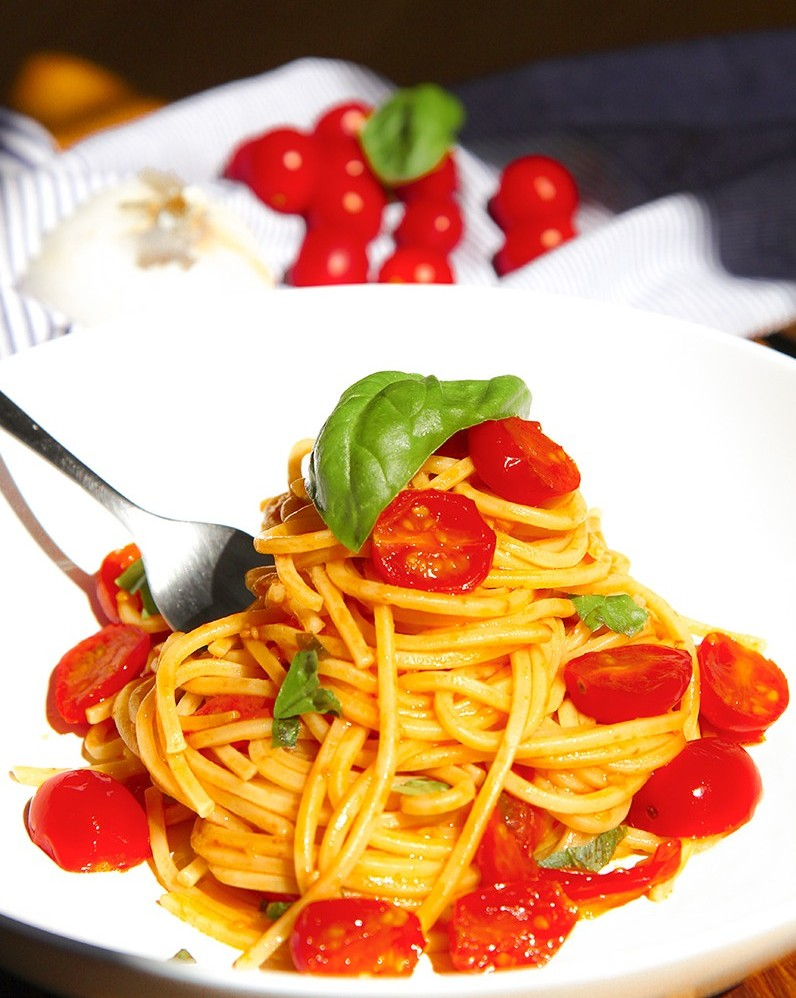 TRADITIONAL CHERRY TOMATOES SPAGHETTI with garlic and basil