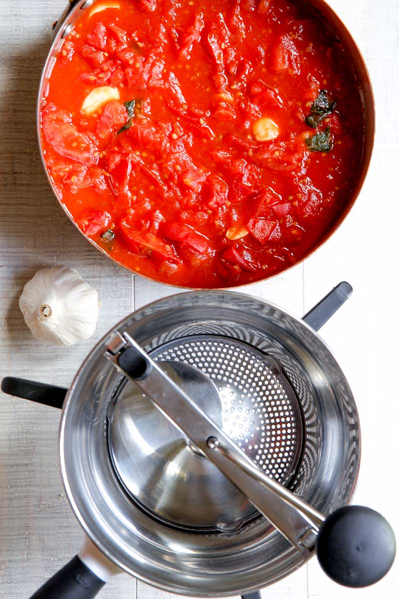 ITALIAN EASY TOMATOES SAUCE with garlic and fresh basil